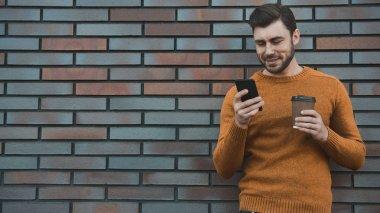 """Картина, постер, плакат, фотообои """"хипстер смс приложение для смс на городской улице на фоне кирпичной стены. удивительный человек, держащий смартфон в смартфоне ."""", артикул 232012856"""