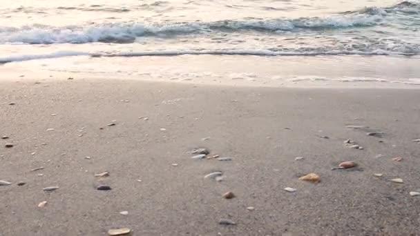 Mořské vlny šplouchnou za slunného letního dne. Lehký vánek.