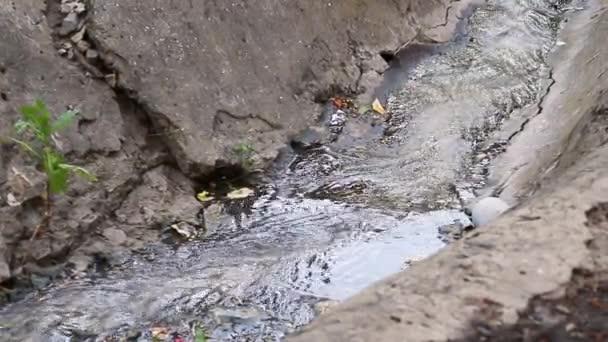 Abwasser aus der Kanalisation. Abwasser strömt in die Kanalisation mit schlechtem Wasser aus der Stadt, Wasserverschmutzung, Schmutzwasserkanal Schmutzwasserkanal zur Abwasseraufbereitung.