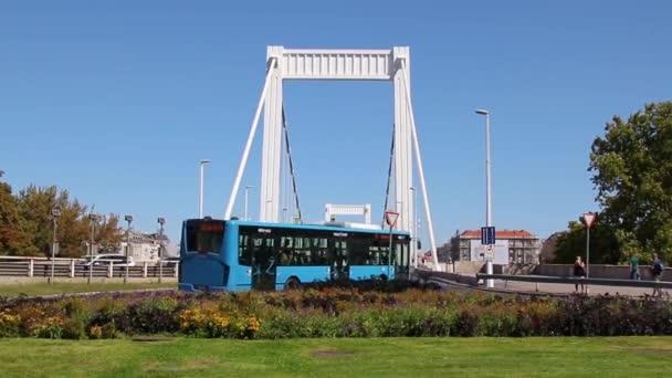 Erzsébet híd. Budapesti idő telik el.