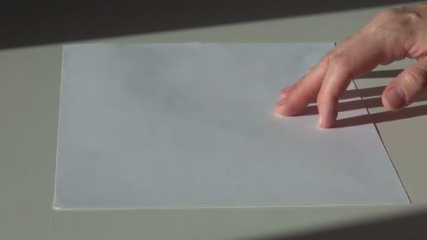 papír, štětec a sklenice fialové fialový akrylové kvaš malování na