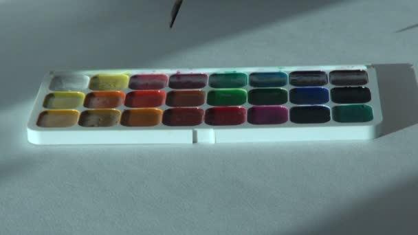 purpurrote kastanienbraune Farbe. Künstler arbeitet mit Pinsel und Aquarell
