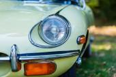 Kerpen, Německo – 19. srpna 2018: přední světlo z Jaguar E-Type. Jaguar E-Type je britský sportovní automobil, vyráběné v letech 1961-1975. Tento model byl ikonou světa motorů