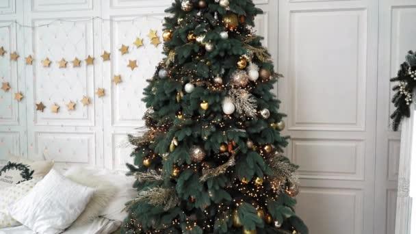 Vánoční stromek v pokoji. Nový rok interiér, Vánoce. Dárek pro rodinu. pohodlí, láska, péče, lidskost, víra v to nejlepší, v dobro