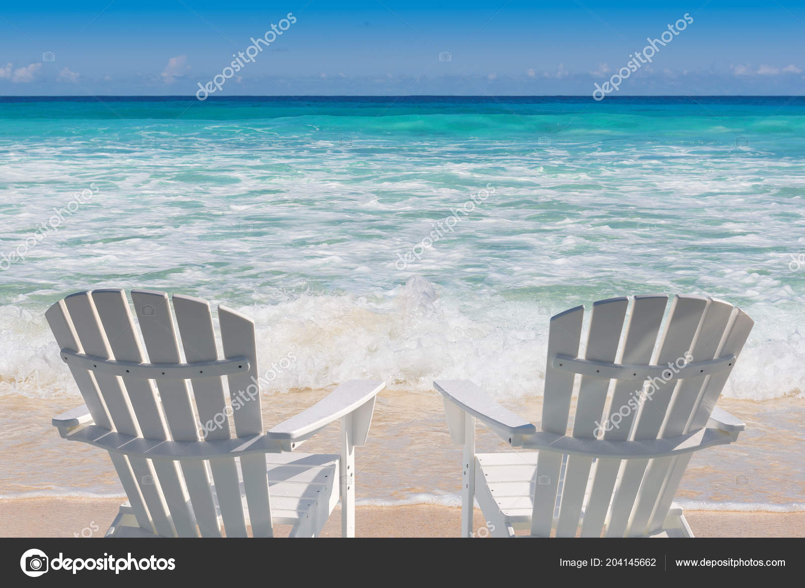 Sedie A Sdraio Per Spiaggia.Sedie Sdraio Sulla Spiaggia Sabbia Con Mare Turchese Palme Vacanze