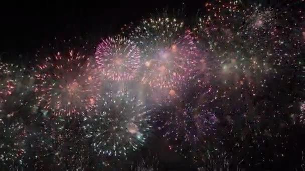Nádherný Barevný ohňostroj. Nový rok oslava Barevný ohňostroj. Nový rok a dovolená koncepce.