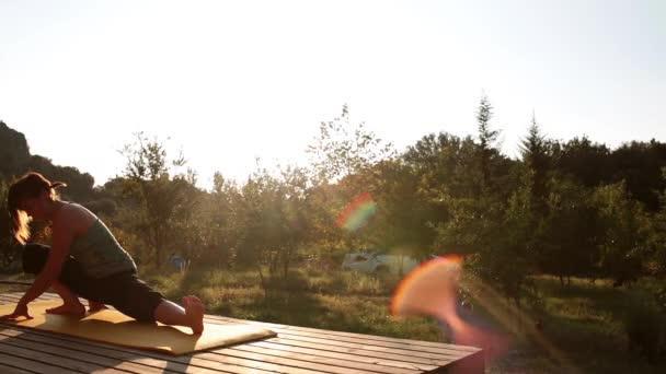 Una Joven Conoce A Alba Y Practica Yoga En La Terraza De Un Bungalow De Madera