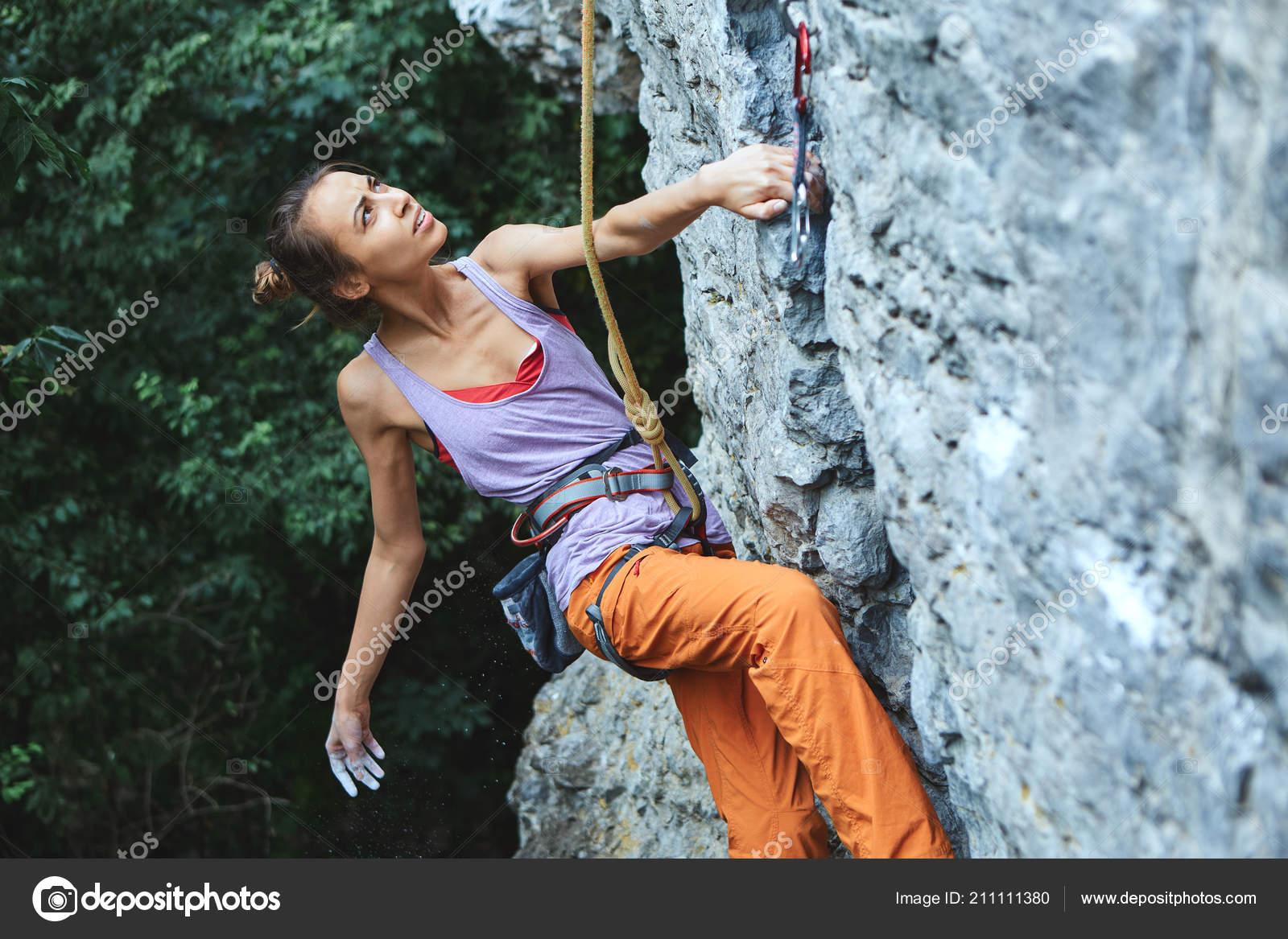 0892497f4dc508 Junge schlanke Frau Kletterer Klettern auf der Klippe — Stockfoto ...
