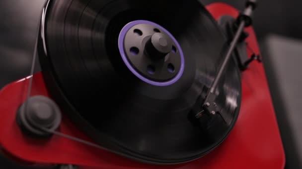 stylový moderní hráč na vinylové gramofonové hře. přehrávání hudby na vinylovém přehrávači