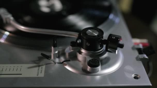 stílusos retro Vinyl rekord játékos játszik a rekordot. zenélés a vinil-lejátszó