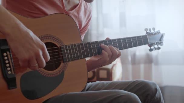 nerozpoznatelný muž hrající na kytaru