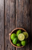 Photo Fresh lime on wood board, bio fruit, food photography, food stock