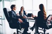 Pozitivní, profesionální kolegy těší brainstormingu v kanceláři rozhovory s ostatními, prosperující mužských a ženských manažeři diskuse o strategii společně dělat kreativní řešení projektu