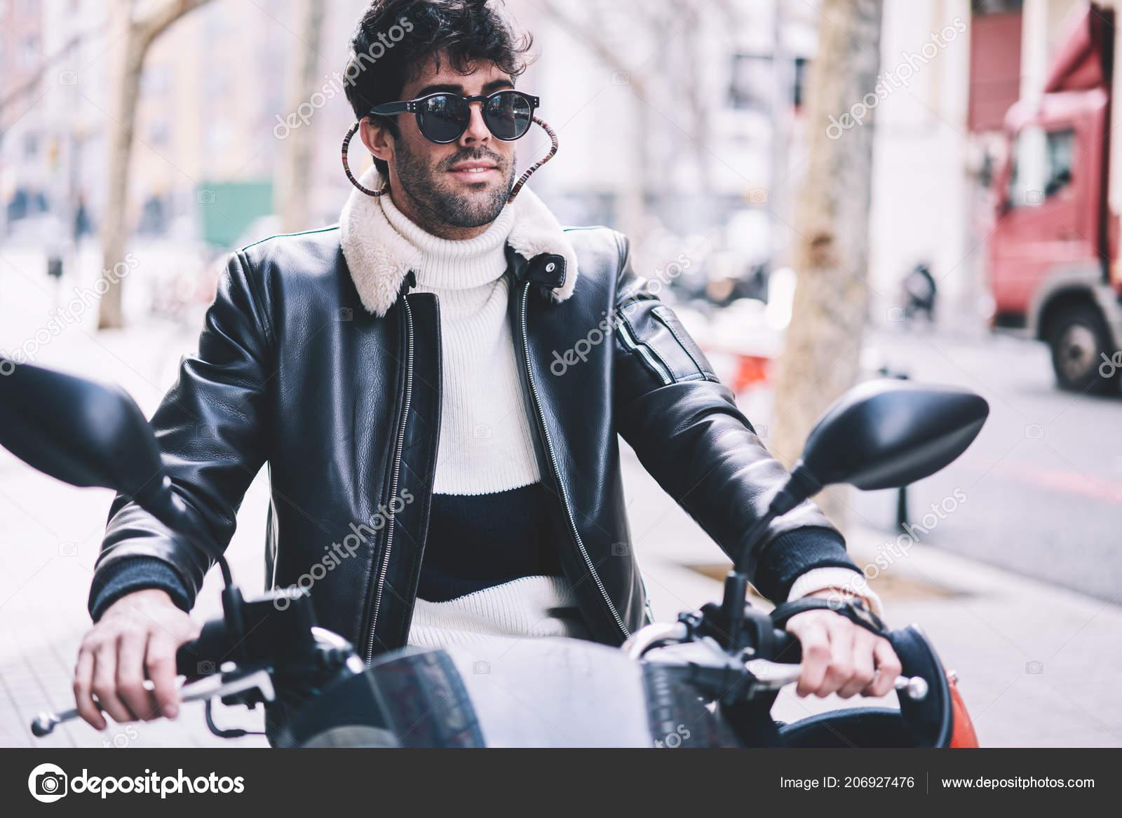 01457a93c4 Όμορφος Μοντέρνος Νεαρός Άνδρας Στο Δροσερό Μαύρα Γυαλιά Ηλίου Οδήγησης — Φωτογραφία  Αρχείου