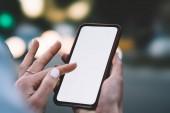 Fényképek Nézd női ujjak megható-on üres képernyő-ból korszerű smartphone, és fizetéskor online weboldal 4g internet-kapcsolat segítségével a vágott. Női kéz mozgatható telefon-val másol holding space terület
