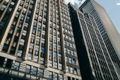 Vysoký moderní postavena budova s nájemní byty a kanceláře v centru, vnější pohled na výškové budově mrakodrapu s firemní sídlo v obchodní čtvrti megalopolis