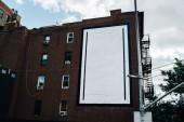 Fotografia Vecchia facciata della casa dellannata da brownstone e con cartelloni commerciale vuoto per informazioni sulla pubblicità in città, alto edificio con appartamenti e appartamenti in affitto nella zona di downtown e pubblicità