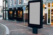 Vymazat billboard na městské ulici s prázdnou kopií na místě pro reklamu nebo propagační titulní snímek, prázdné pole Lightbox pro informace v Amsterdamu, prázdný displej venku v městské oblasti