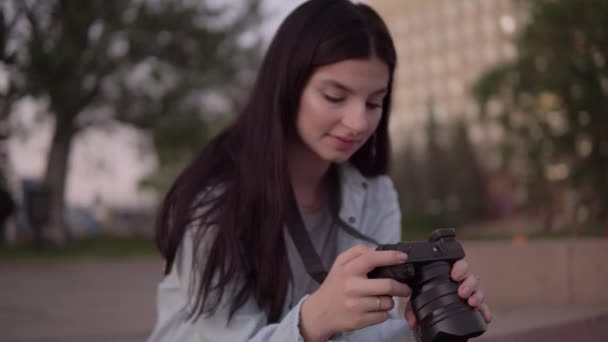 Fotografin mit Fotokamera, Inhaltserstellung, Freelancer, Fotoshooting