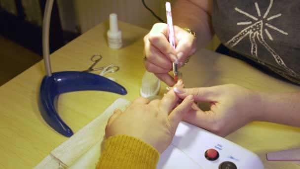 manikűr, hogy női kéz, amely átlátszó zománc és lakk köröm, körömlakk.