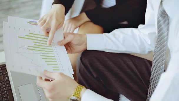 Vértes kezek üzleti találkozóján a hivatal pénzügyi diagramokkal