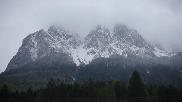Časový interval pohyblivých mraků v bavorských Alpách