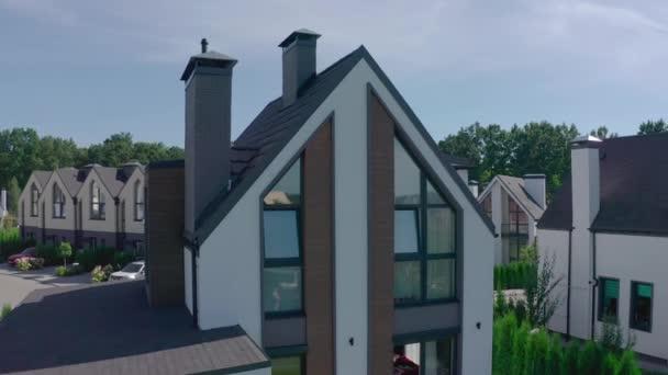 Ferienhaus in der Vorstadt, umgeben von Eichenwald