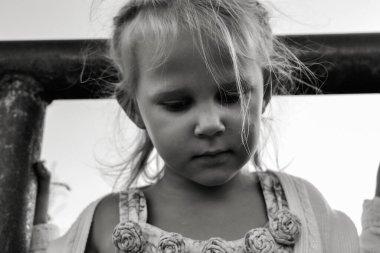 Şirin, kırgın ve üzgün beyaz beyaz bir çocuğun siyah beyaz portresini kapat. Çocukların samimi duyguları. Çocukluk anları. Doğadaki çocuk.