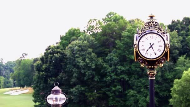 Ikonische Uhr im Trump National Golf Club Charlotte