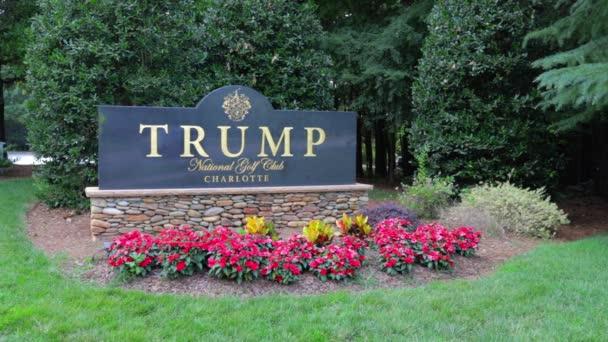 Eintrittsschild zum Trump National Golf Club Charlotte.