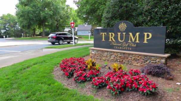 Kameraschwenks enthüllen Eintrittsschild zum Trump National Golf Club Charlotte.
