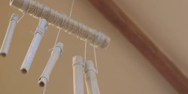 Bambus vítr zvonkohra domácí visí od vchodu do dveří. Dekorativní prvek, který vytváří příjemný zvuk. Relaxační melodie.