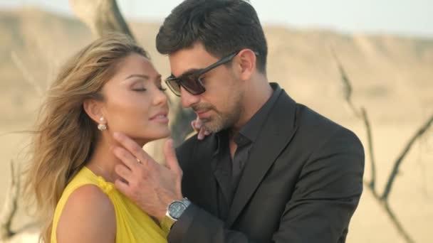 Romantisches Paar liebt .Kuscheliges Paar, romantisches junges Paar umarmt sich in der Wüste