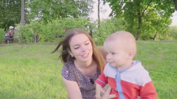 maman v fils sexe vidéo Granny Strap sur lesbiennes