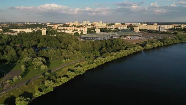 Horní pohled na park a sportovní areál v Čišovce.Rekreační park s cyklistickými stezkami v Minsku.Bělorusko