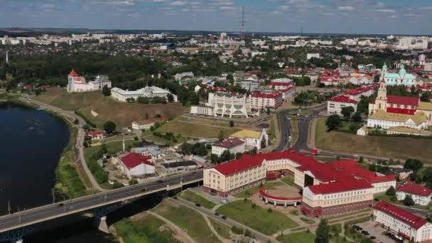 Horní pohled na centrum města Grodno, Bělorusko. Historické centrum s červenou kachlovou střechou, hradem a operním domem