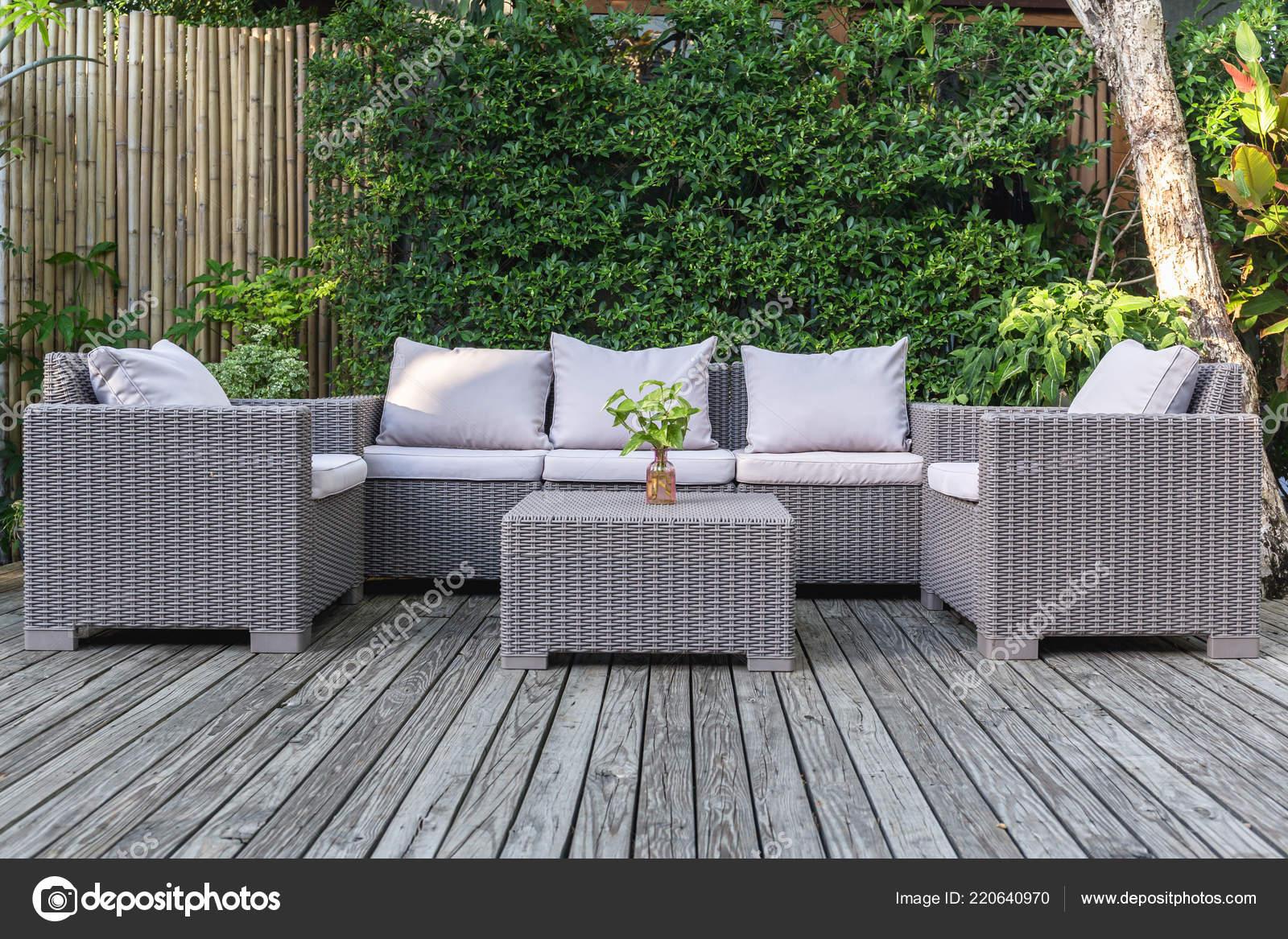 Grande Terrasse Avec Salon Jardin Rotin Dans Jardin Sur Plancher ...