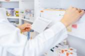 Fotografie Apotheker suchen verschreibungspflichtige Medikamente in Drogerie