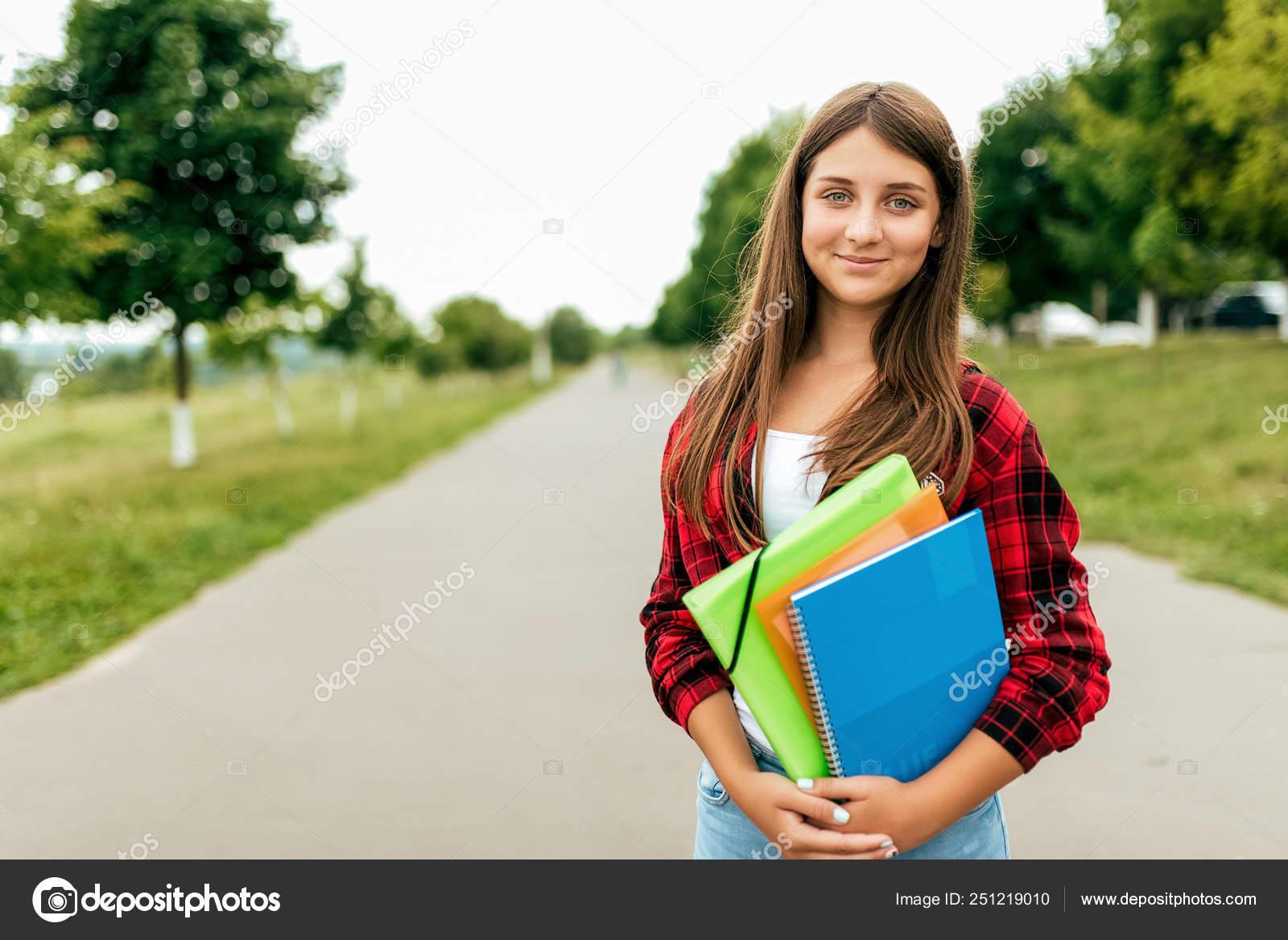 0aad7961e Colegiala niña 13-16 años es en verano en la ciudad en una carpetas ...