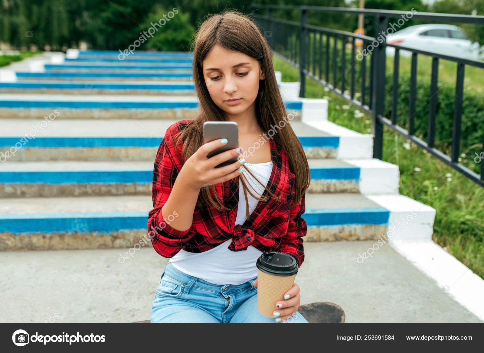 610073d35 Adolescente de niña colegiala 13-16 años, sentado en un pasos de ...