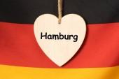 Fotografie Deutsche Flagge und ein Schild mit dem Aufdruck Hamburg
