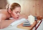 krásná mladá žena dostává masáže, ležící na salonu