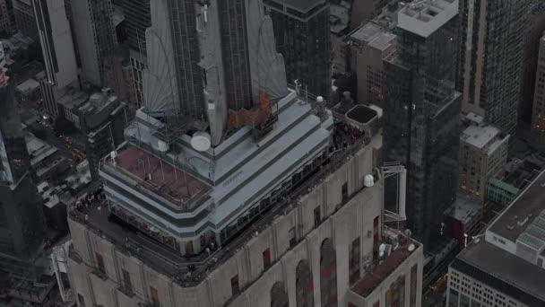 Krásný záběr kolem Empire State Building na Manhattanu obklopený mrakodrapy v rušném městě v zamračený den