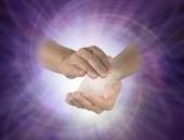 Vortex spirális között kezek - női másik cupped hands-fehér vortex energia között egy lila spirális fény tört háttér