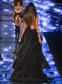 Miami Beach, Fl - 2018. július 12.: A modell sétál a kifutópálya, bodi  bikini gyűjtemény alatt a Paraiso divat kiállításon a Paraiso sátor