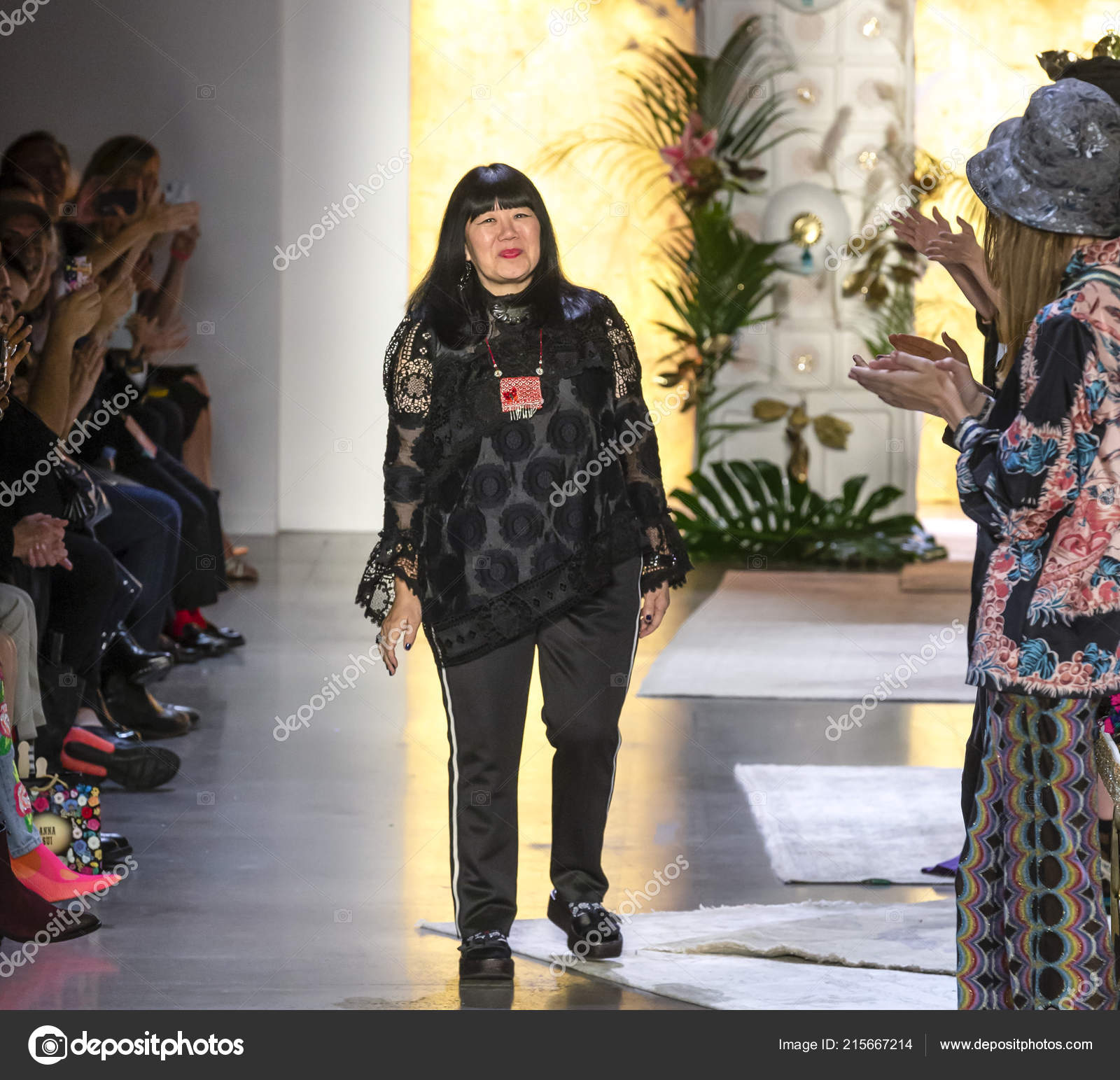 New York September 2018 Designer Anna Sui Walks Runway Anna Stock Editorial Photo C Sharpshooter 215667214