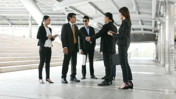 podnikatelé skupiny stojící na city, obchodní tým