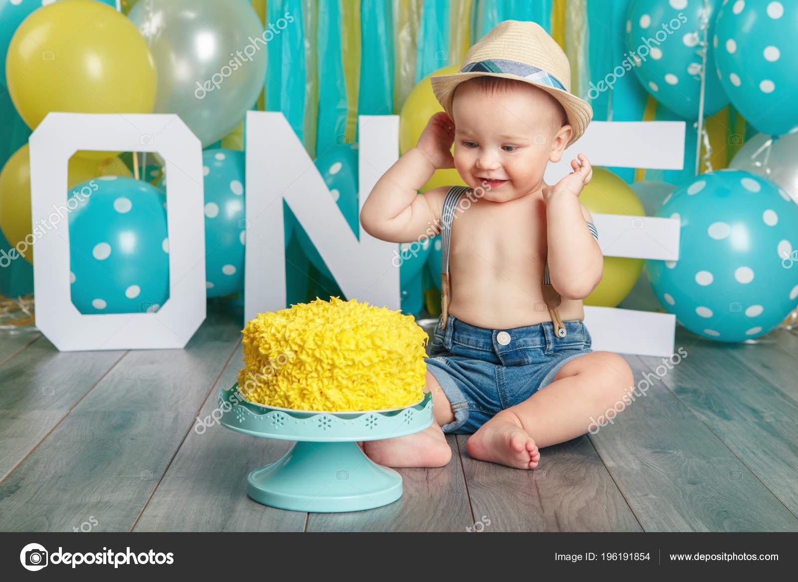 Ragazzino che si siede sul pavimento in studio mangiare gustoso dessert  giallo– immagine stock. Ritratto Adorabile Caucasica Neonato Sveglio  Indossando ... b7b7a0475481