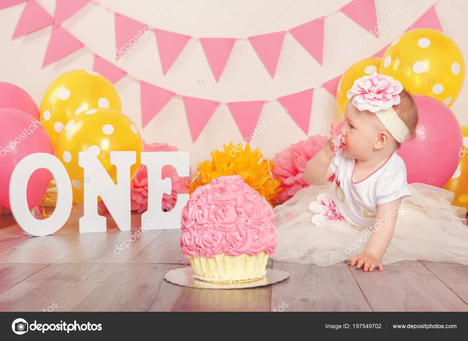 1b74ff2a354d Porträtt Söt Bedårande Kaukasiska Baby Flicka Tutu Tyll Kjol Firar —  Stockfoto