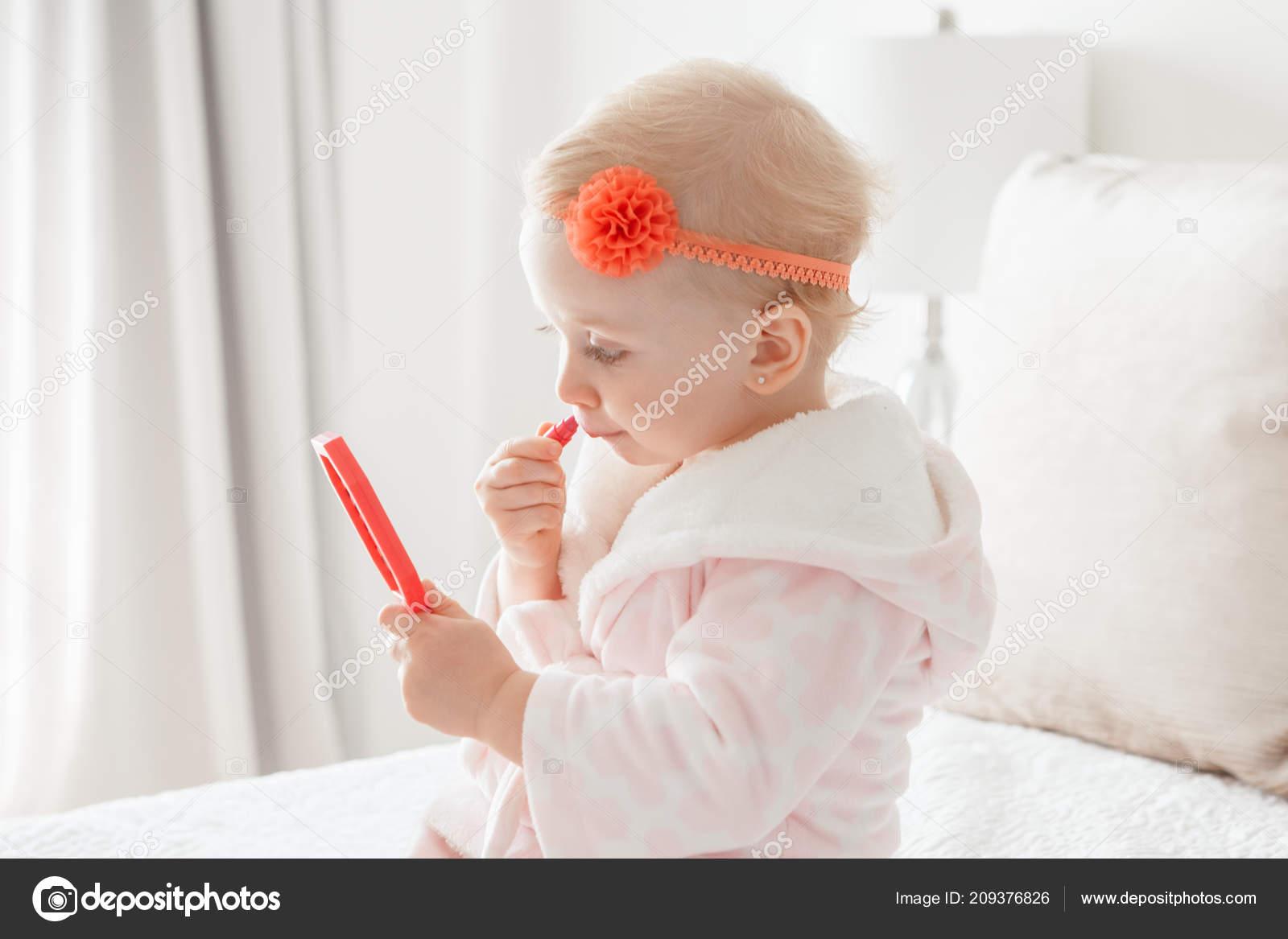 Asorable Mignon Drôle Caucasienne Blonde Bébé Fille Ans Peignoir ...